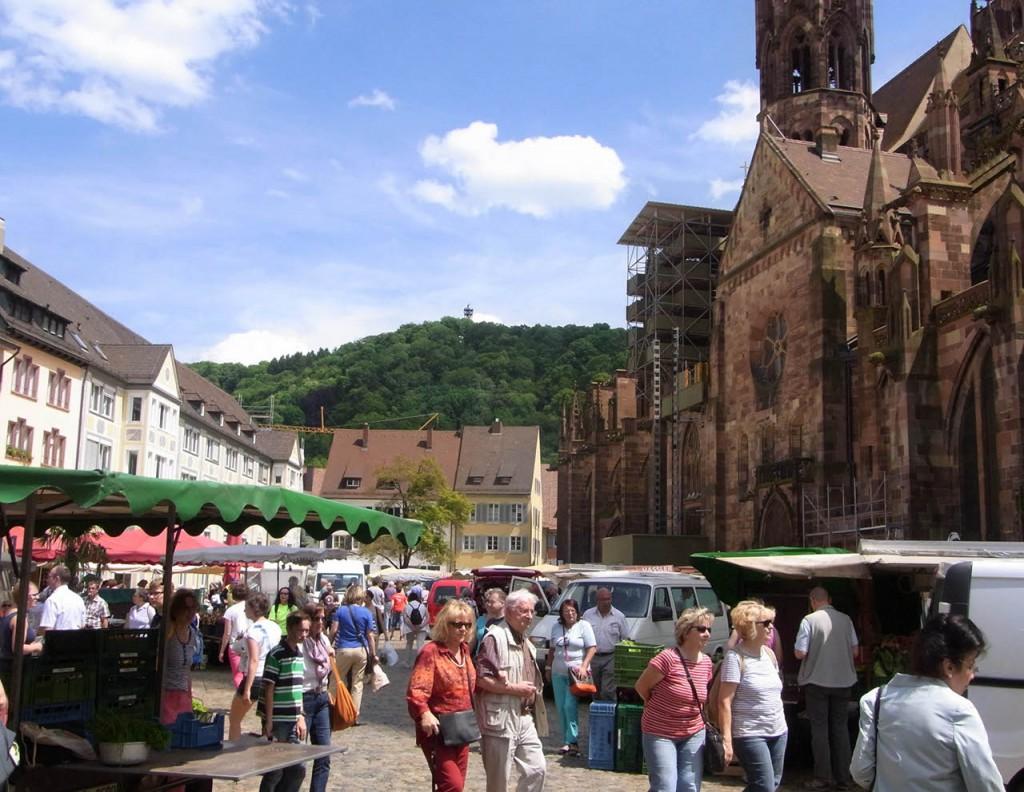 Münsterplatz mit Blick auf den Schlossberg mit Schlossbergturm