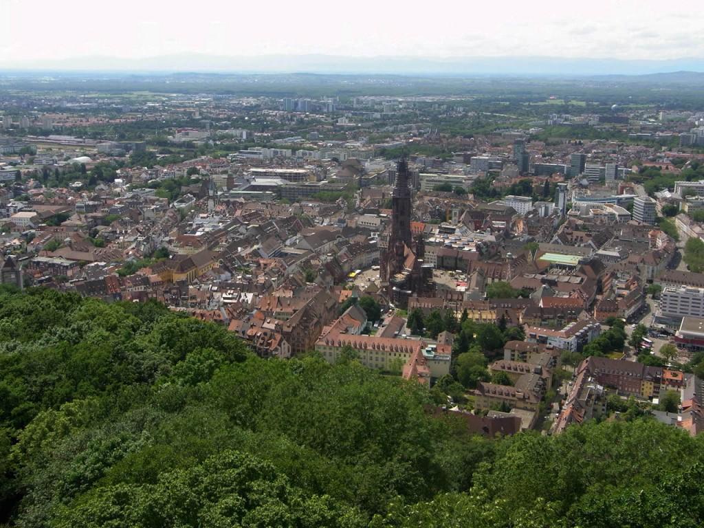 Blick vom Schlossbergturm auf die Freiburger Innenstadt