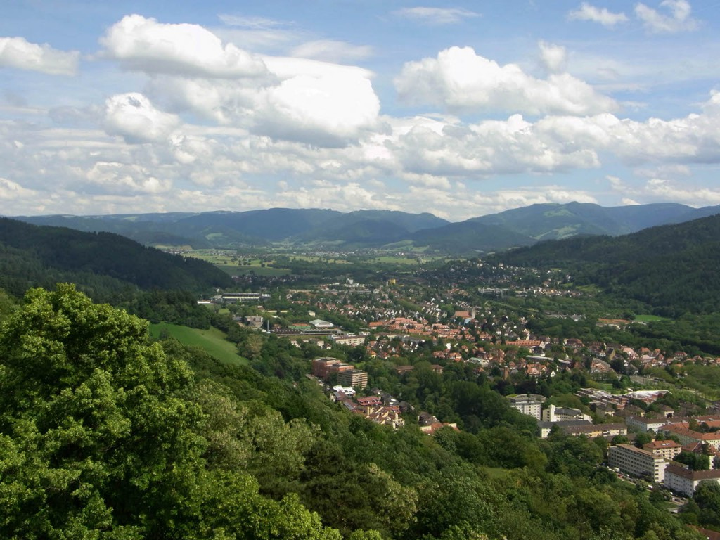 Blick vom Schlossbergturm auf den Stadteil Oberau und die Schwarzwälder Berge