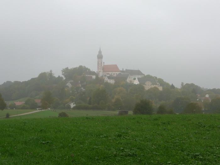 Der Heilige Berg Andechs im Herbstnebel