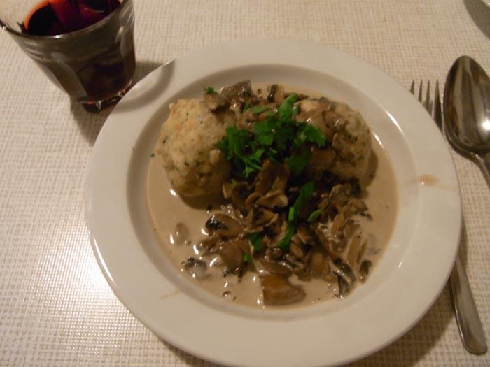 Ein Festmahl: Semmelknödel mit Rahmschwammerl