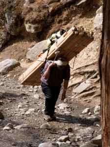 Ein Träger in Nepal