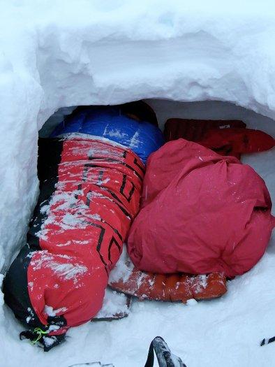 Unser Schneegrube mit Dach für ein komfortables Biwakieren im Freien