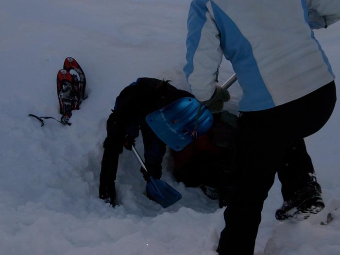 Um eine Schneehöhle zu bauen, muss erstmal kräftig gebuddelt werden (Foto: Olaf Schneider)
