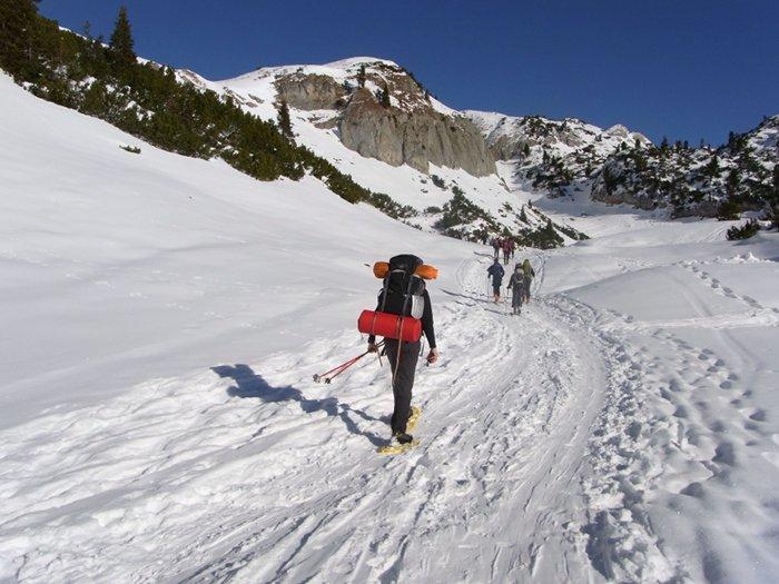 Wer im Winter in den Bergen biwakiert, benötigt eines an zusätzlicher Ausrüstung im Rucksack.