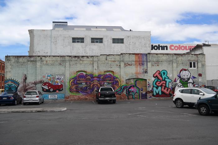 Eine Wand gestaltet von acht Künstlern