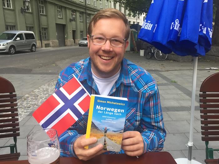 """Simon Michalowicz mit seinem ersten Buch """"Norwegen der Länge nach"""""""