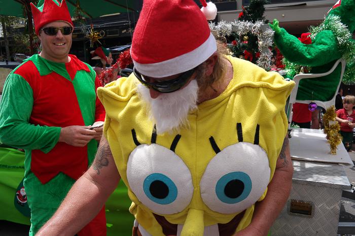 Weihnachtselfen und SpongeBob helfen dem Weihnachtsmann in Neuseeland.