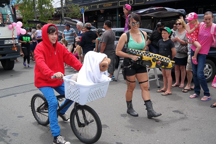 Zur Christmas Parade geht E.T. mit Lara Croft spazieren