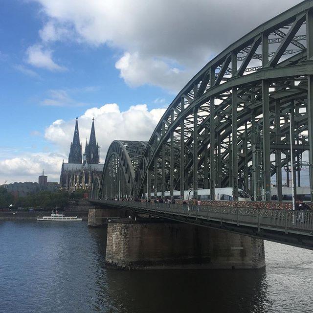 Der Kölner Dom mit der Hohenzollernbrücke. Vielleicht eines der schönsten Kölnmotive.