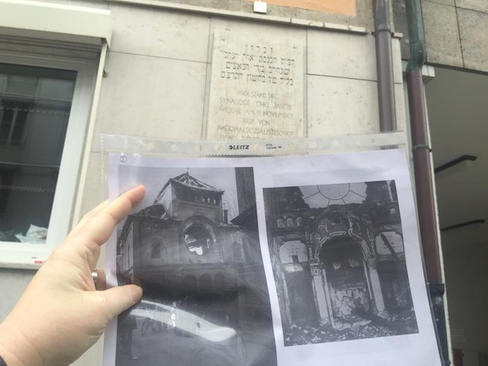 #Spurenleser: Foto der Orthodoxen Synagoge Ohel Jakob vor der Gedenktafel