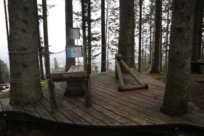 Fitnessgeräte aus Holz auf dem Blomberg