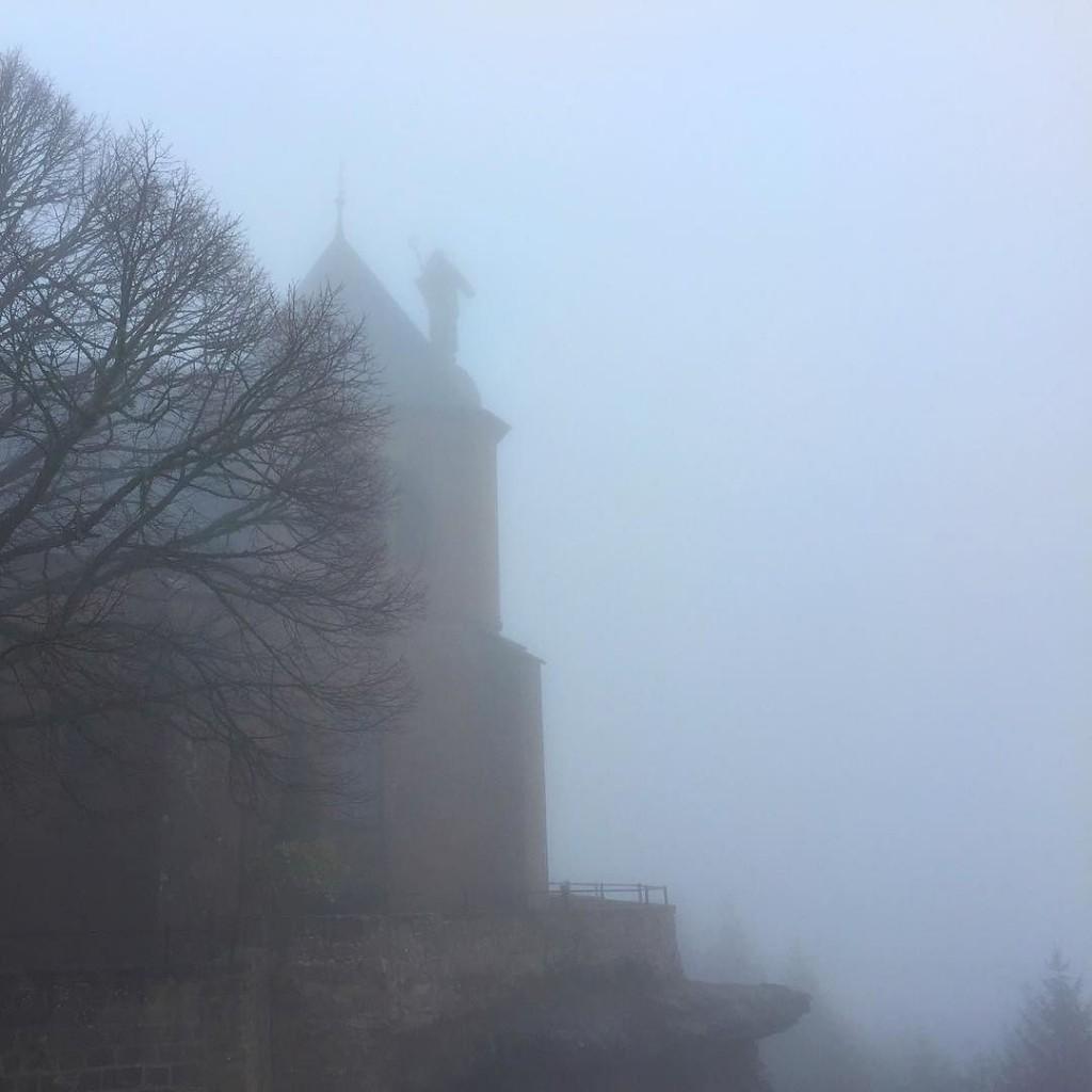 Kirchturm von Mont-Ste-Odile im Nebel