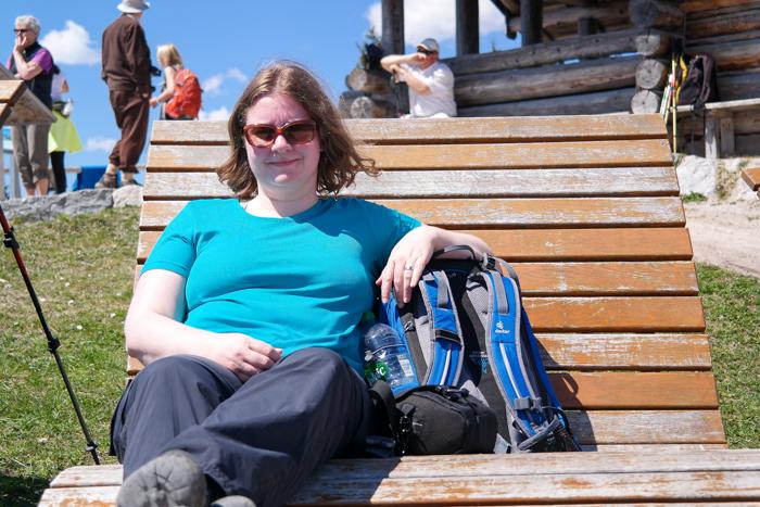 Sonya auf der Gipfelbank vom Hohen Kranzberg