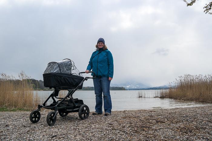 Am Chiemsee wandern mit Kinderwagen geht auch bei Nieselwetter.