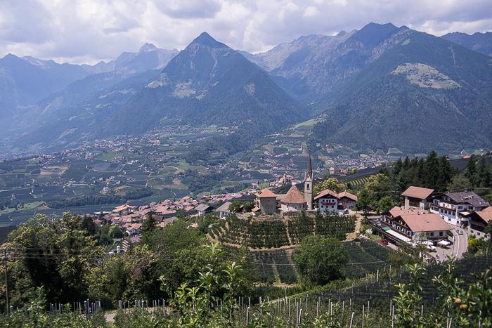 Ausblick auf St. Georgen (Scheena) in Südtirol.